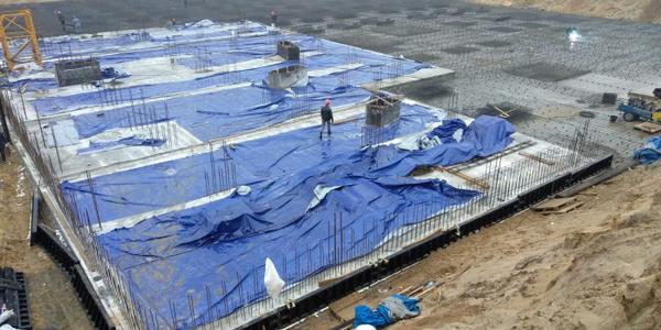 02.11.2020 Корпус №1: Ведутся работы по бетонированию и армированию фундаментной плиты подземной автостоянки
