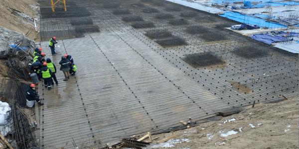 30.11.2020 Корпус №2: Ведутся работы по армированию фундаментной плиты подземной автостоянки